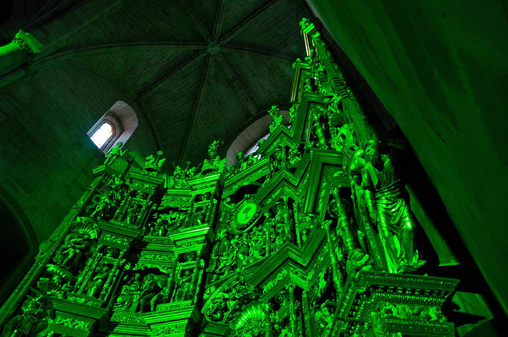 El retablo iluminado durante el show multimedia, que proyectando sobre él, explica la historia y describe las diversas zonas. Foto Jordi Hernández.