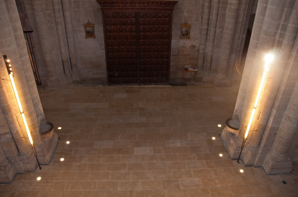 Vista de la zona de entrada, con los tres elementos principales de la restauración: el pavimento, los báculos y los focos empotrados en el pavimento. Foto Jordi Hernández.