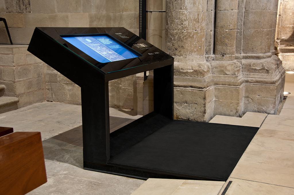 Mesa con pantalla táctil, con la aplicación del Retablo Mayor en alta resolución. Foto Jordi Hernández.