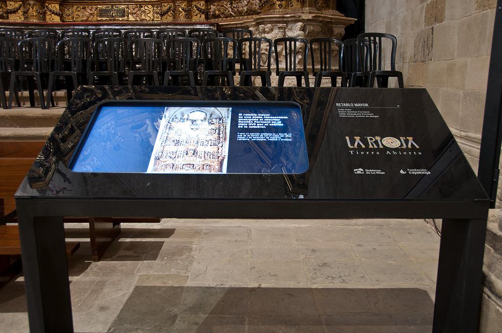 La mesa con la pantalla táctil. El factor de ampliación de la imagen del retablo llega hasta la escala de 1:1. Foto Jordi Hernández.