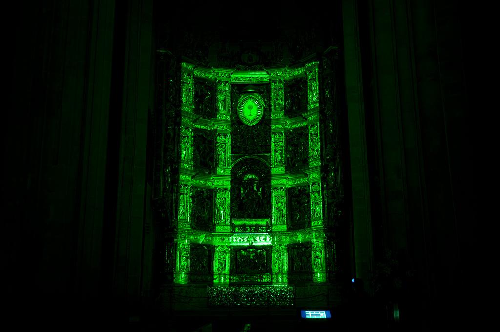 Momento del show multimedia, en horario nocturno, en el que se describen las partes del retablo, las calles y los pisos. Foto Jordi Hernández.