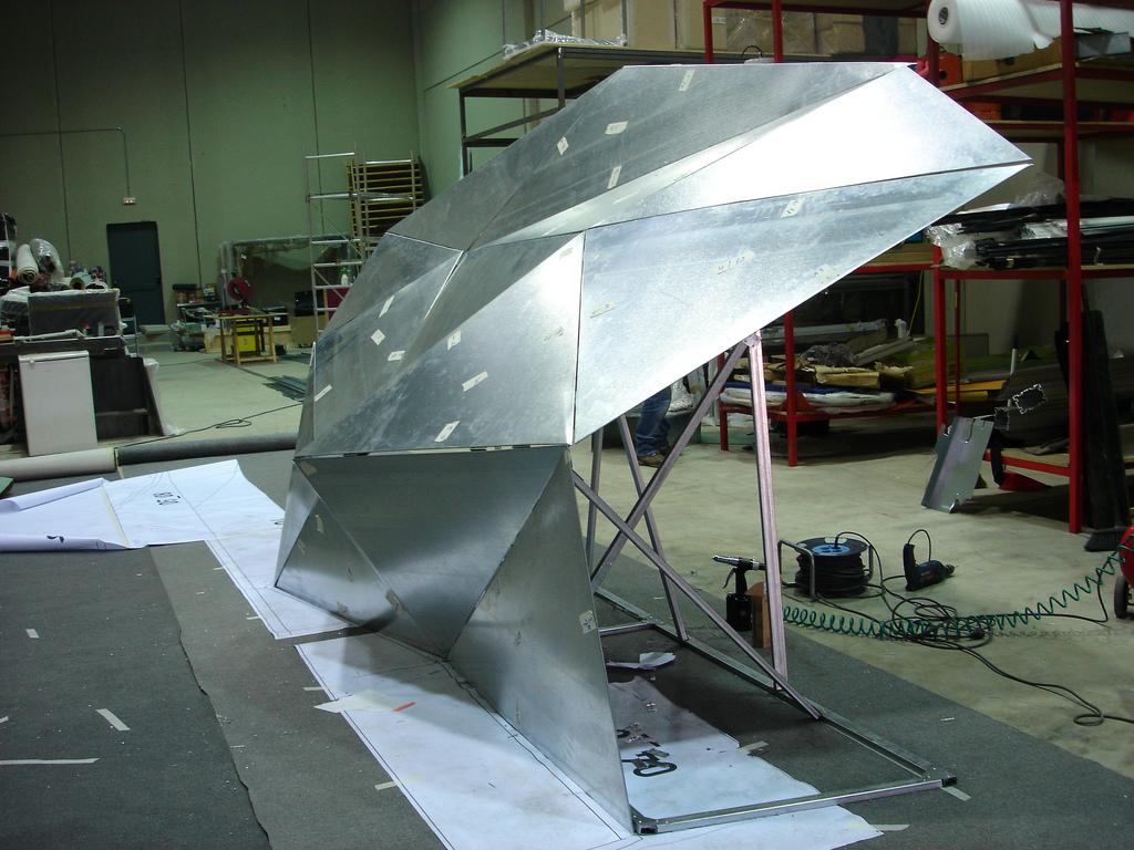 Proceso de ensamblaje de la estructura triangualda. Foto: Indissoluble