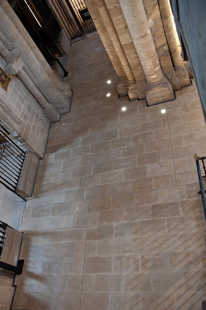 Focos empotrados en el pavimento. Foto: Jordi Hernández (en Indissoluble)